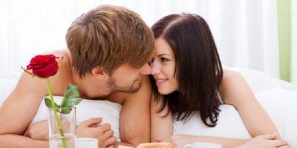 imagenes-de-amor-pareja-de-enamorados-en-la-cama-con-rosa-roja-san-valentin