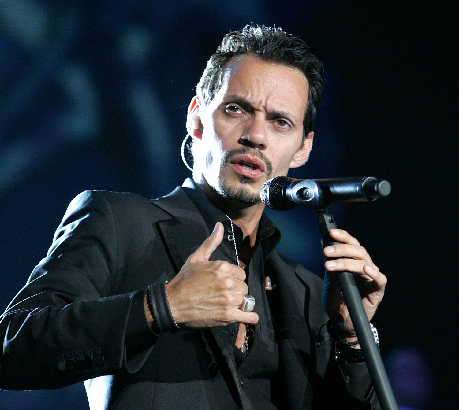 marc anthony comienza su gira en espa a cadena dial. Black Bedroom Furniture Sets. Home Design Ideas