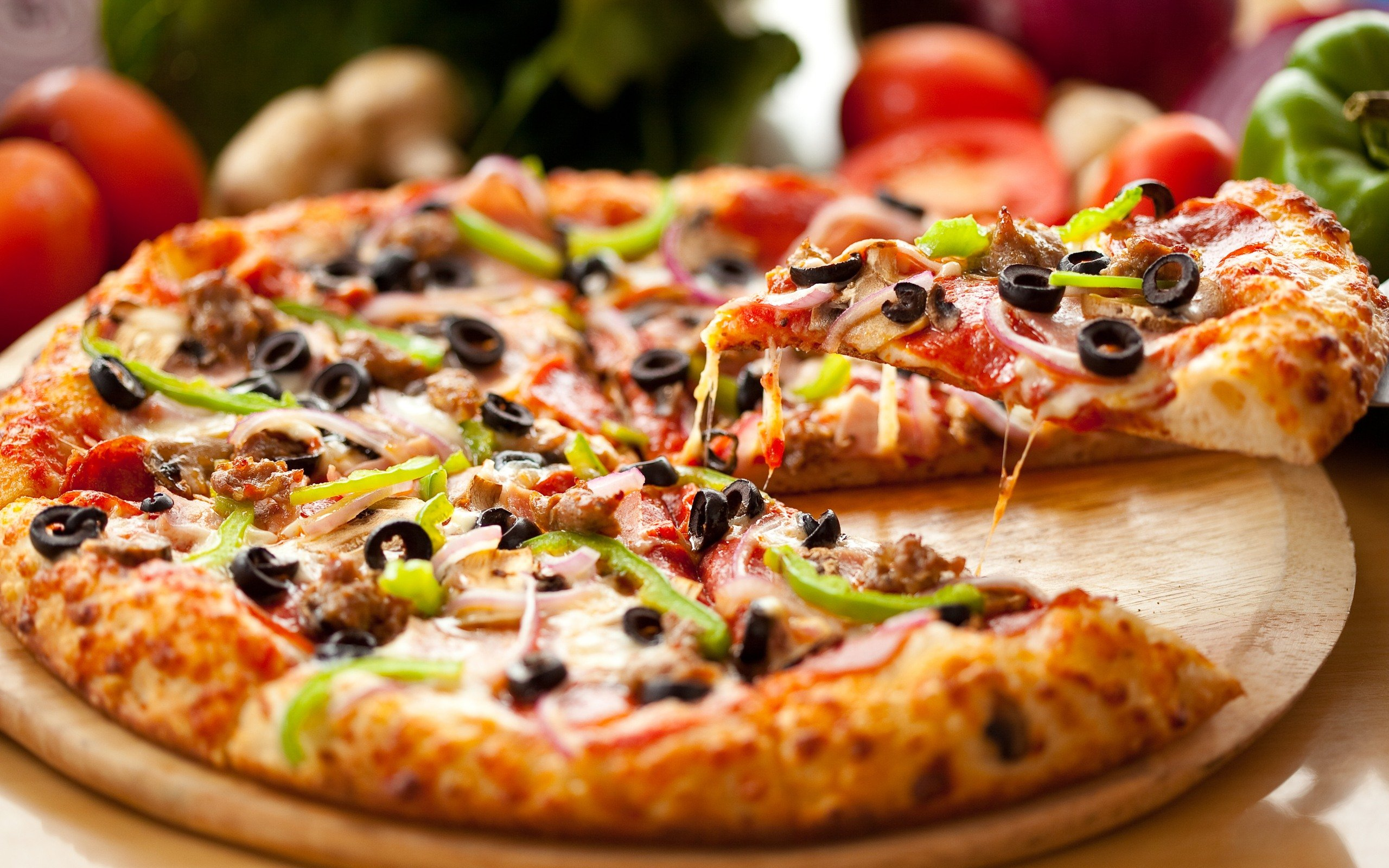 A plato lleno masa de pizza casera for Platos de pizza