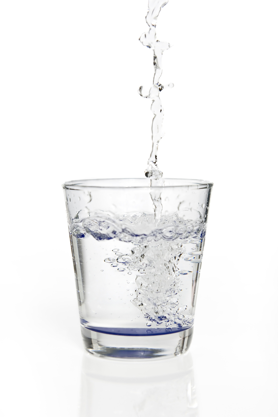 Chorro de agua llenando vaso