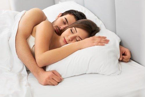 Parejas abrazadas en la cama