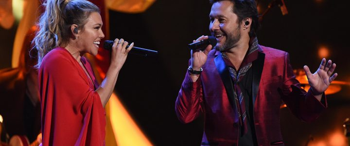 Singers Diego Torres (L) and Rachel Platten perform during the show of the 17th Annual Latin Grammy Awards on November 17, 2016, in Las Vegas, Nevada.  / AFP PHOTO / Valerie MACON