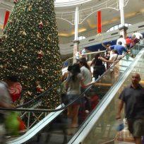 Santiago 18/Diciembre/2006. Compras Navideñas en el barrio Meiggs y Mall Plaza Vespucio.