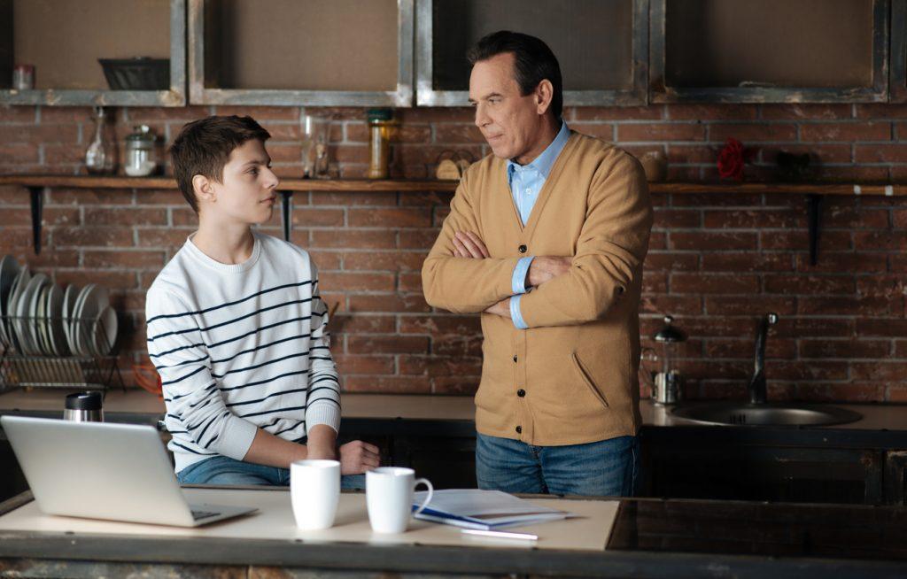 Padre e hijo adolescente discutiendo