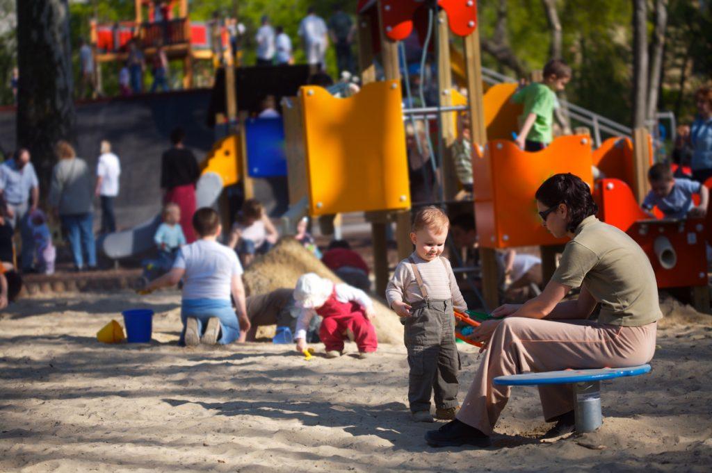 Madre e hijo en un parque