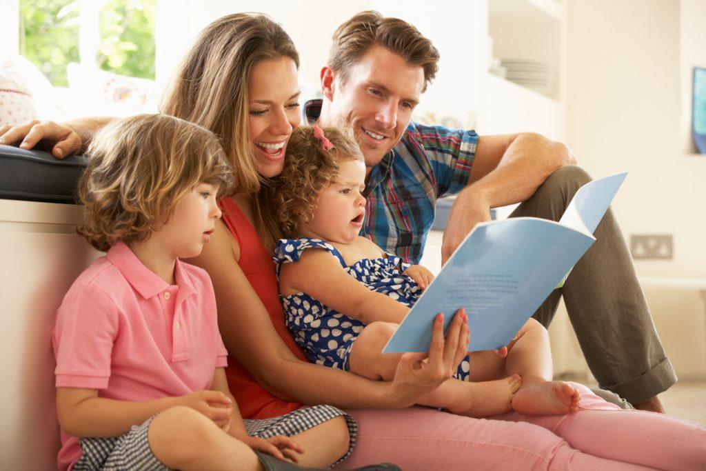 Familia leyendo un cuento