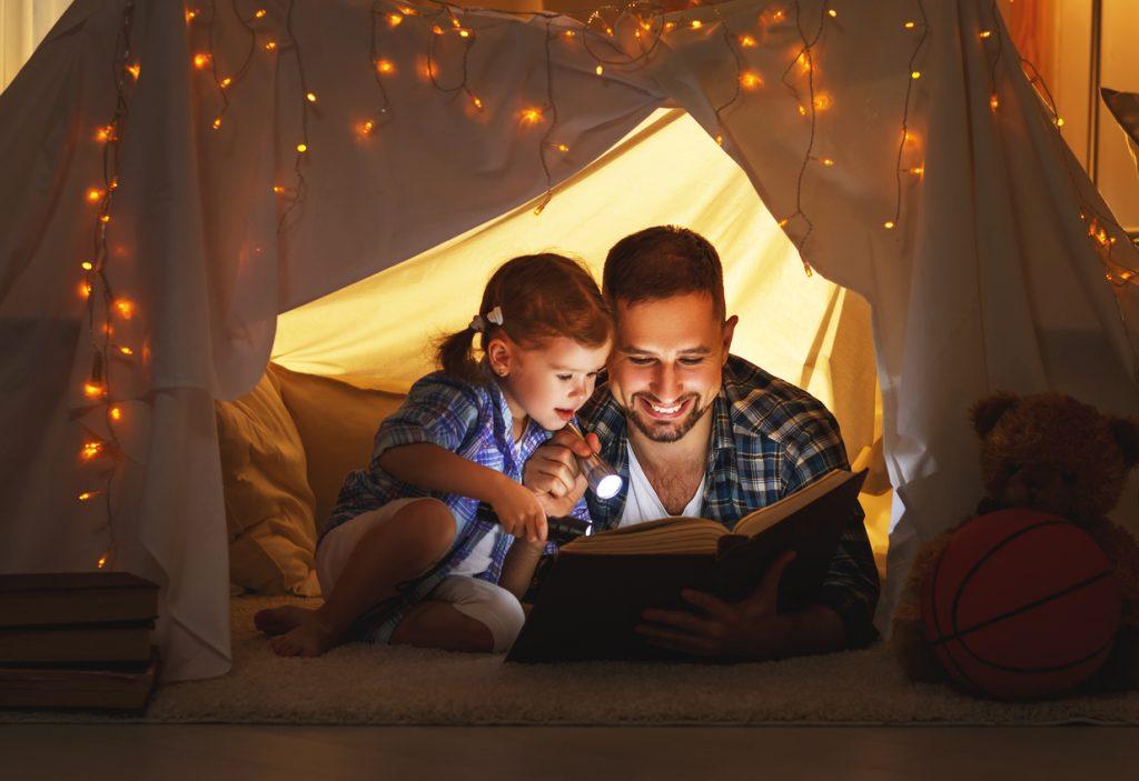 Padre e hija leen un cuento