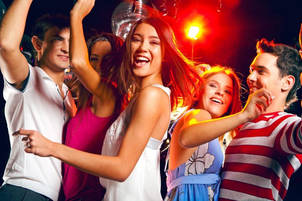 Chica adolescente de fiesta con sus amigos en una discoteca