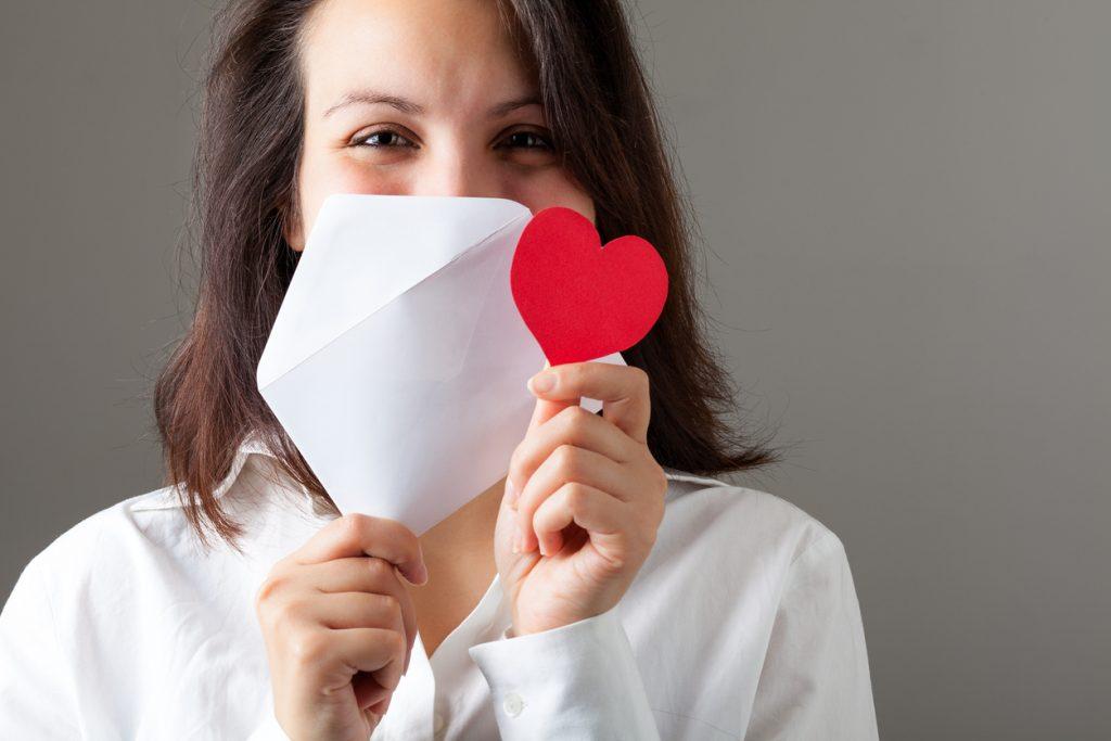 Chica escribiendo carta de amor