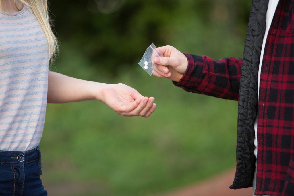 Joven dando drogas