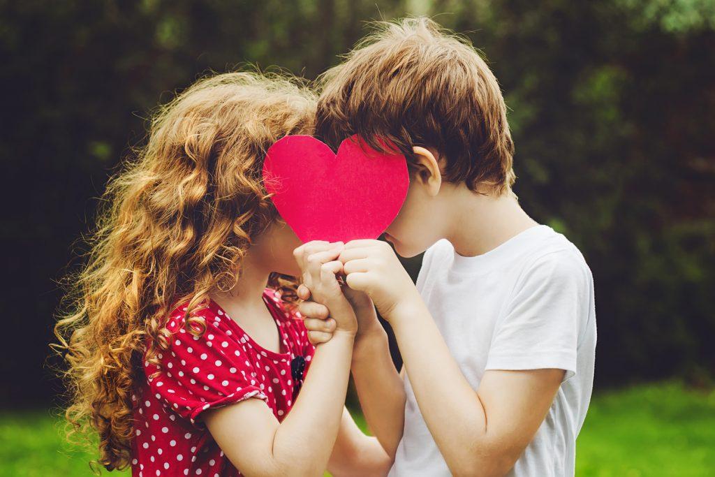 Niños amor con un corazón