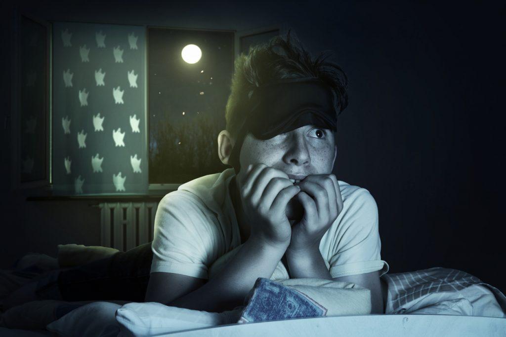 Niño en la cama sufre una pesadilla