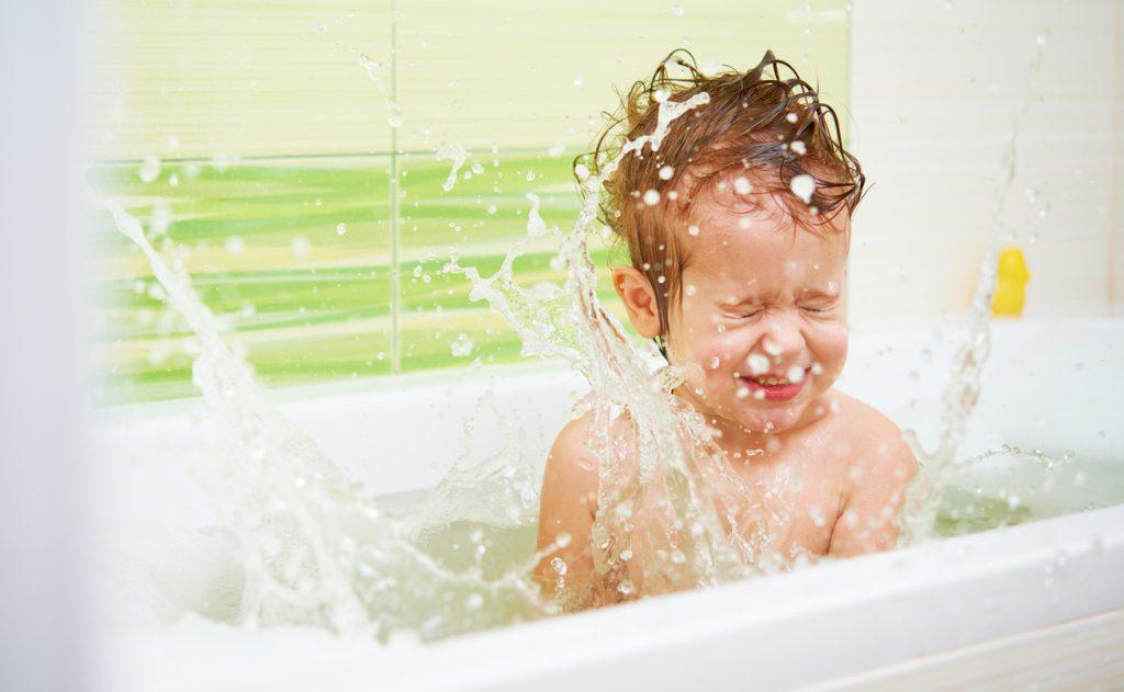 Resultado de imagen para niños bañera
