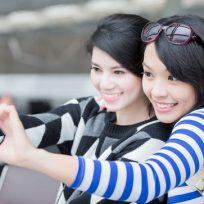 Dos mujeres se han una foto con un móvil