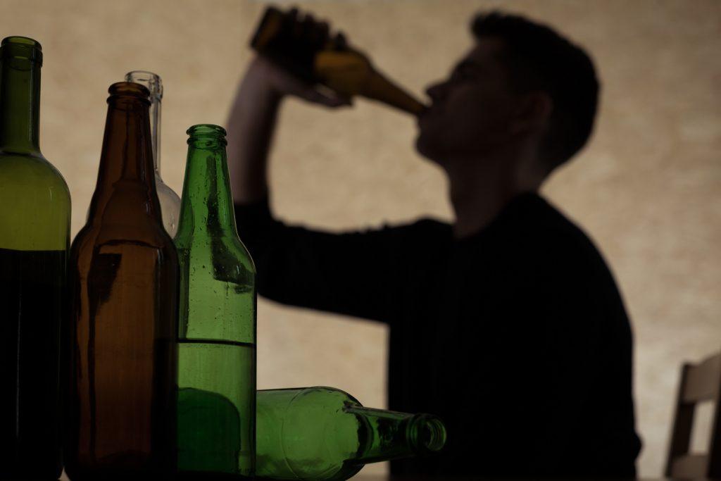 Adolescente borracho bebiendo alcohol