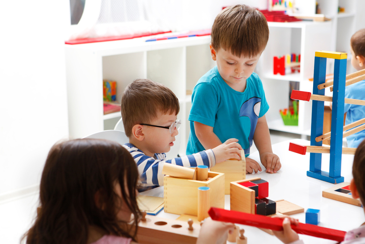 niños jugando en clase