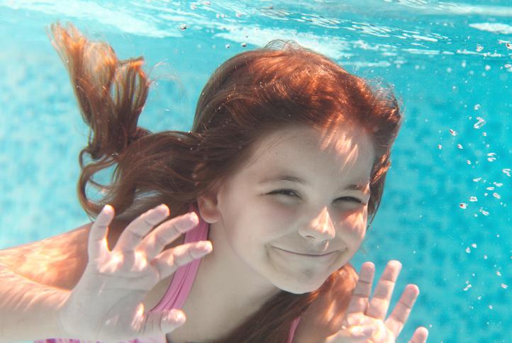 niña bajo el agua