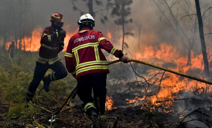 Los bomberos intentan apagar el incendio en portugal