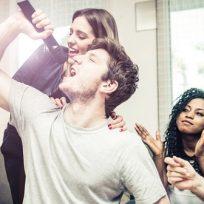Amigos en un karaoke
