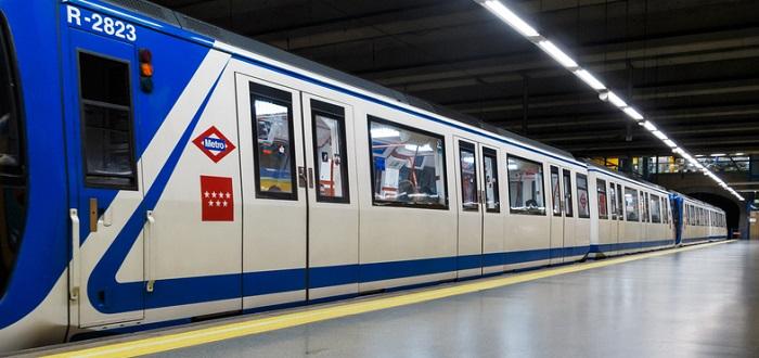 Vagón metro en una estación