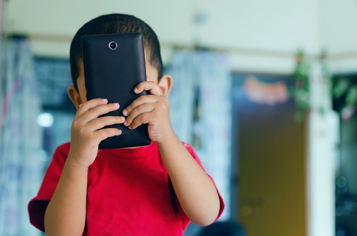 Niño atento a su móvil