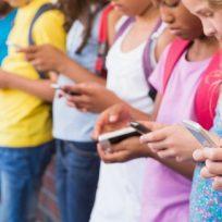 Grupo de niños usando el móvil