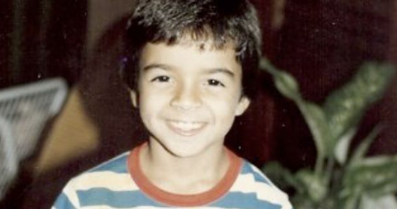 Luis Fonsi de niño sonriendo