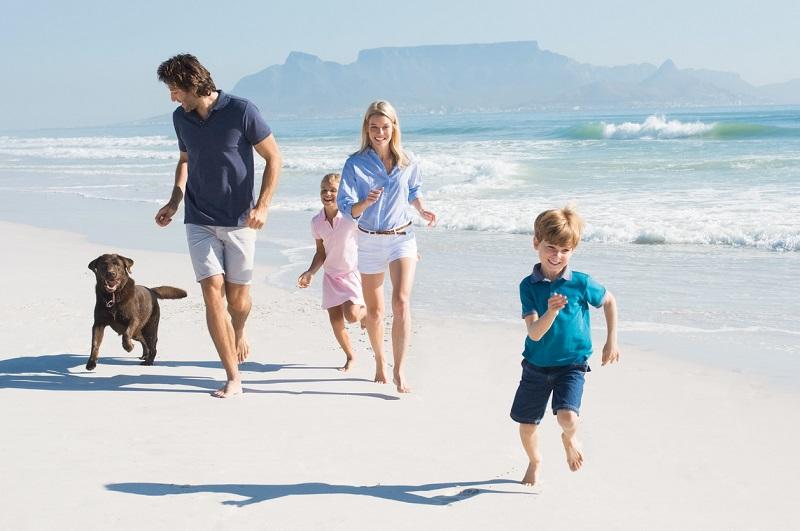 Familia corriendo en la playa