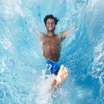 Hombre salta a la piscina