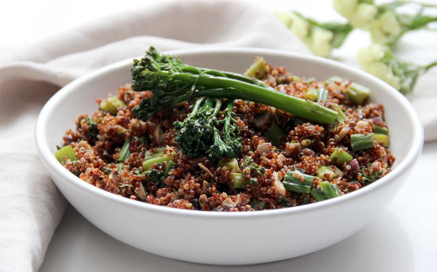plato de bimi con quinoa en una mesa