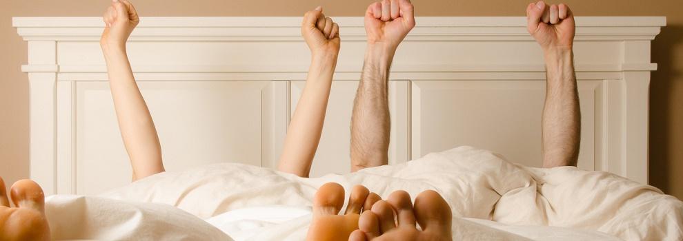 pareja en la cama felices