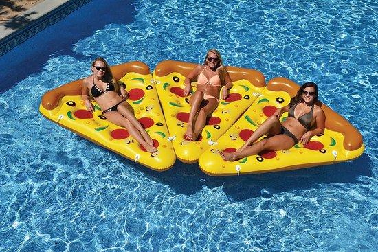 tres mujeres encima de su flotador pizza