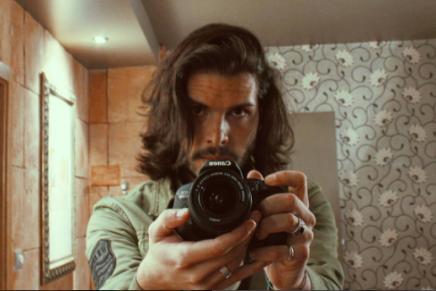 Fredi Leis posa en un espejo con una cámara