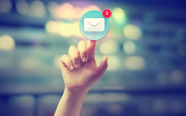 mano presionando icono correo