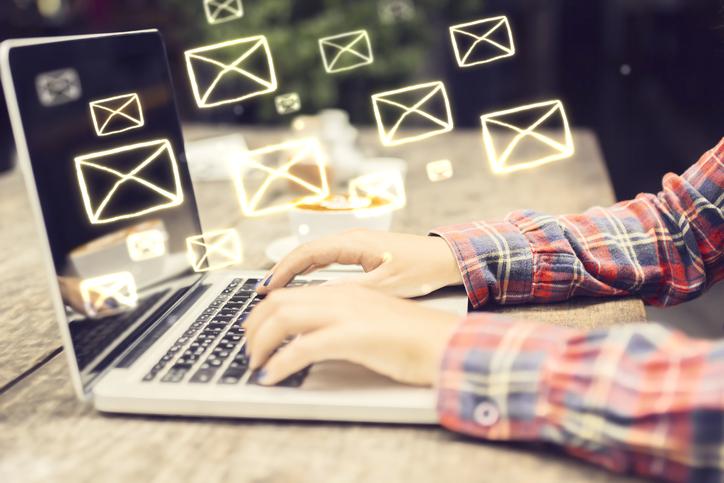 manos hombre escribiendo correos