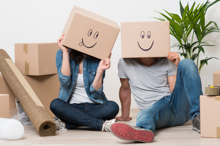 pareja con muchas cajas a su alrededor