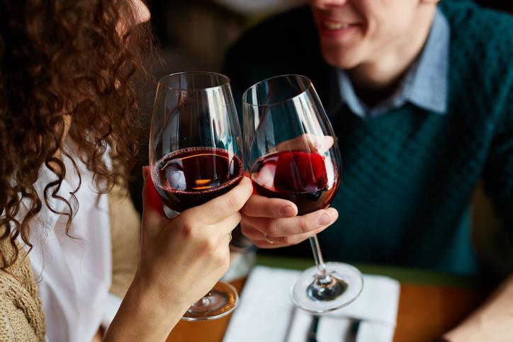 pareja comparte copas de vino