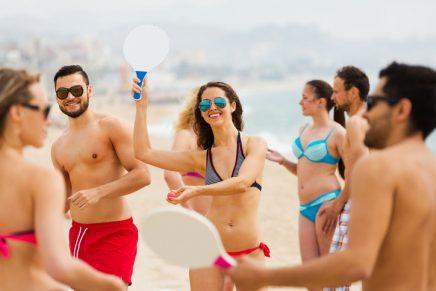 amigos jugando a las palas de playa