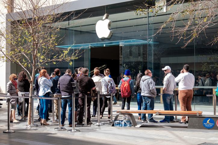 Gente fuera de la tienda de apple