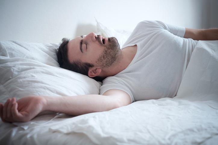 joven duerme en su cama