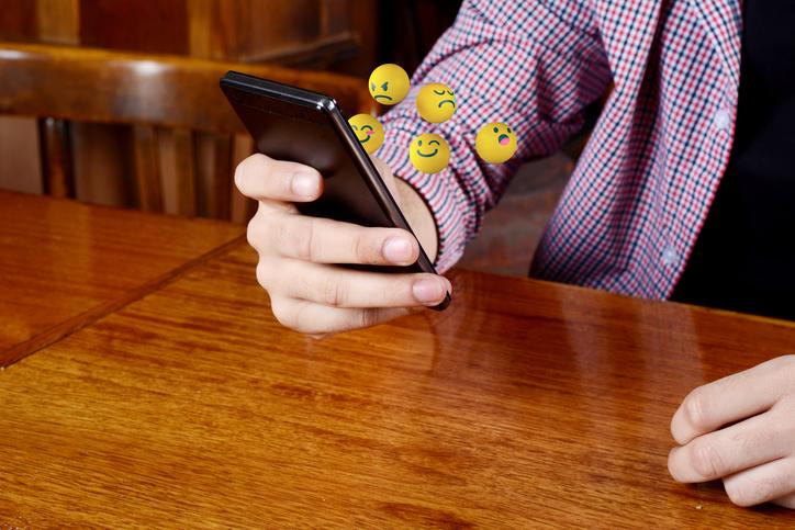 Emojis saliendo de un teléfono