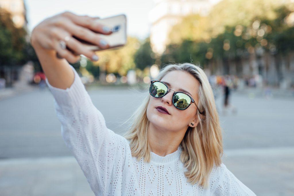 chica joven haciéndose un selfie