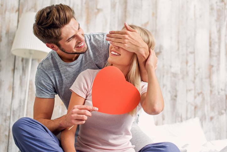 pareja de enamorados con un corazón