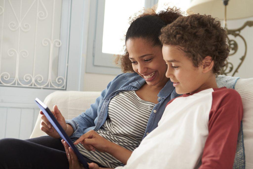 Madre e hijo viendo la Tablet juntos