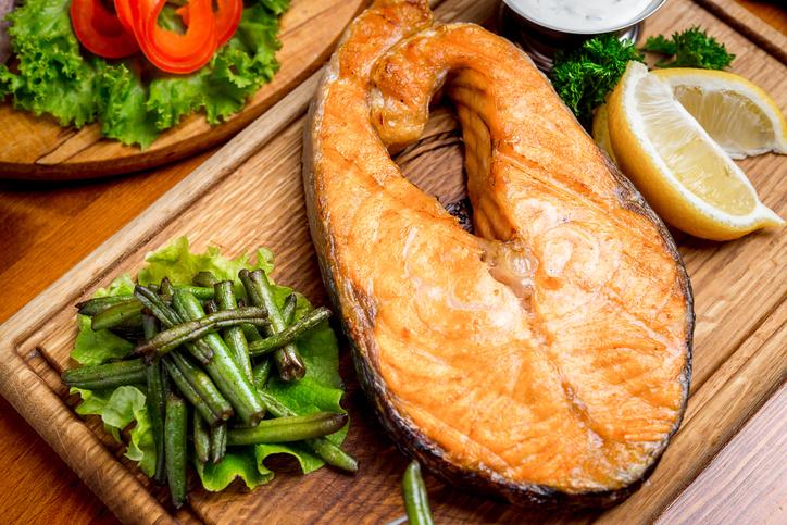 salmón a la plancha con vegetales