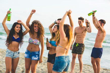 Fiesta adolescentes con alcohol en la playa