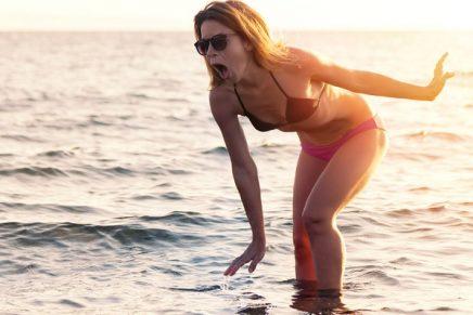 una mujer pisa en el mar y le duele
