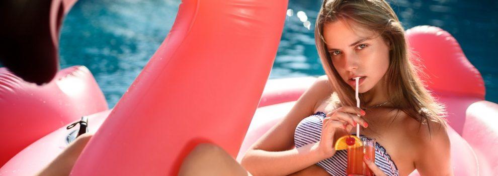 mujer se toma un refresco en un flotador