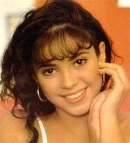 Shakira pelo marrón de niña