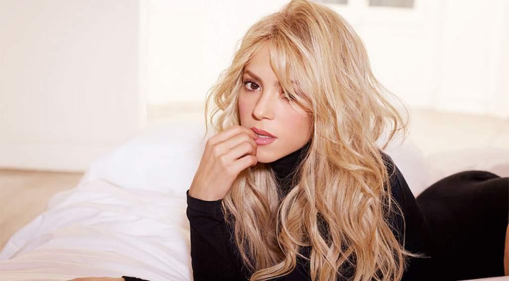 Shakira en una cama